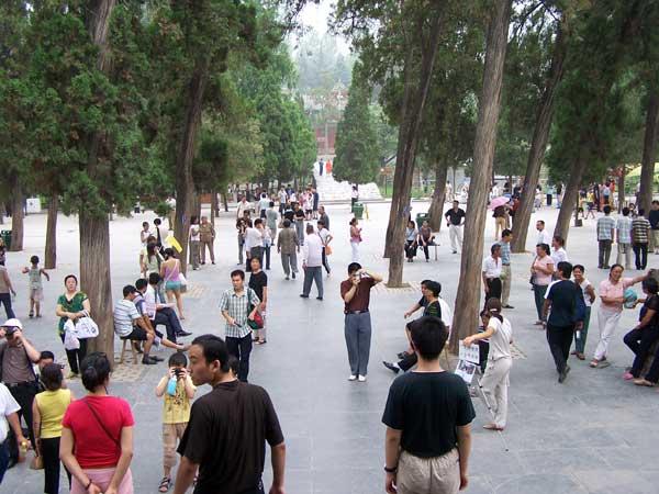 Toeristen voor ingang van de Shaolin tempel