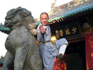 Monnik Shi Yan Yong bij ingang Shaolin Tempel