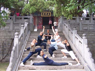 Een groep van Nederlandse Shaolin Kung Fu beoefenaars in Shaolin Tempel (anno 2005)
